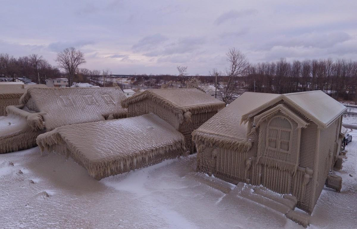Американский город Гамбург покрылся льдом из-за сильного шторма