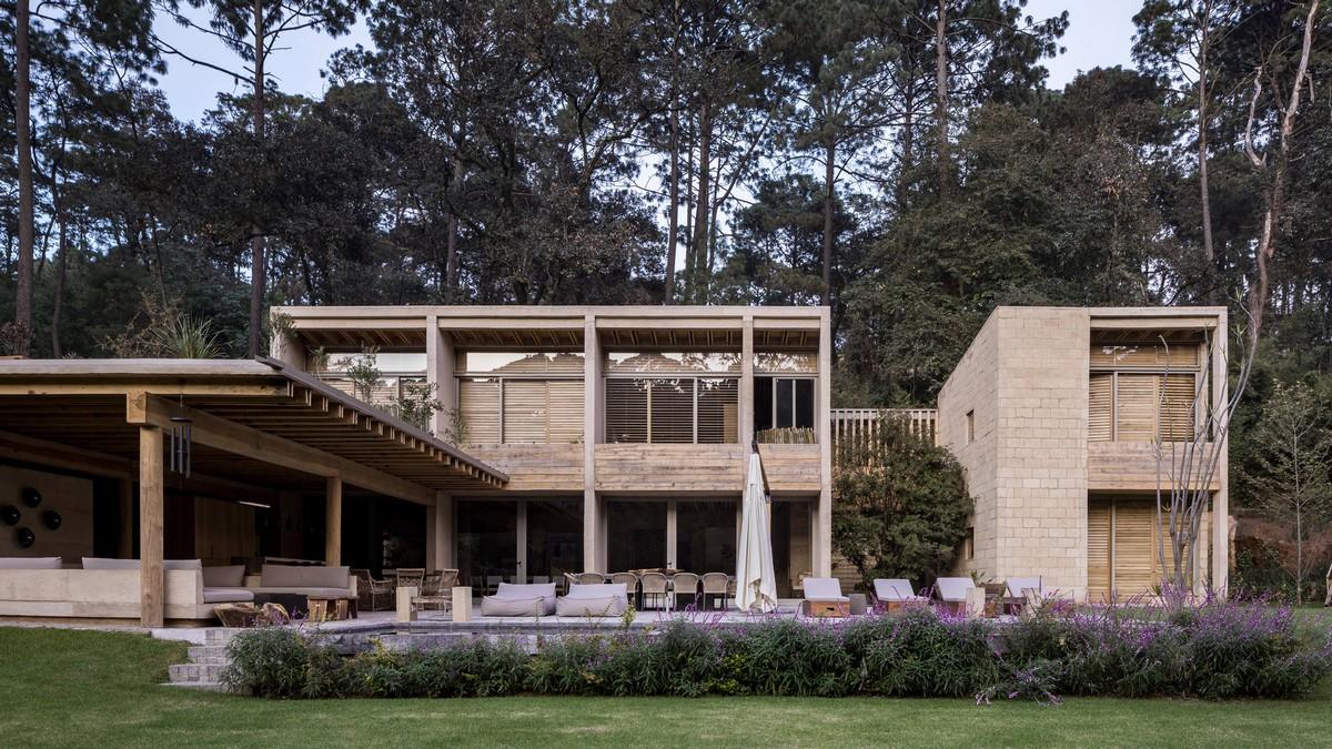 Дом с бассейном в мексиканском лесу