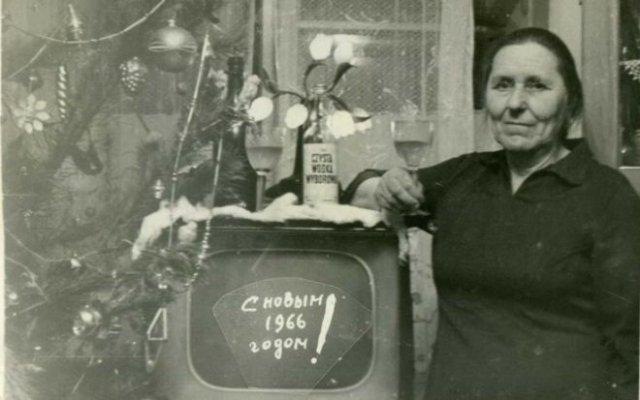 Радостные люди, у которых появился первый телевизор