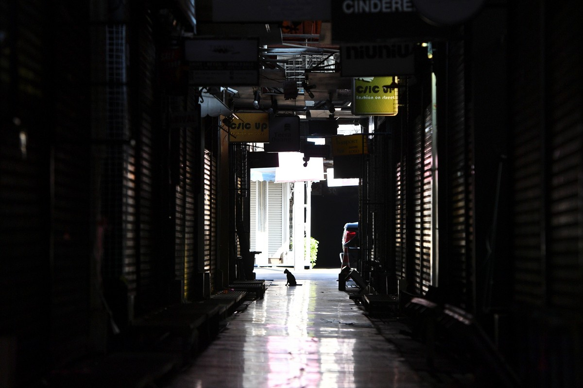 Опустевшие из-за коронавируса общественные места в городах мира