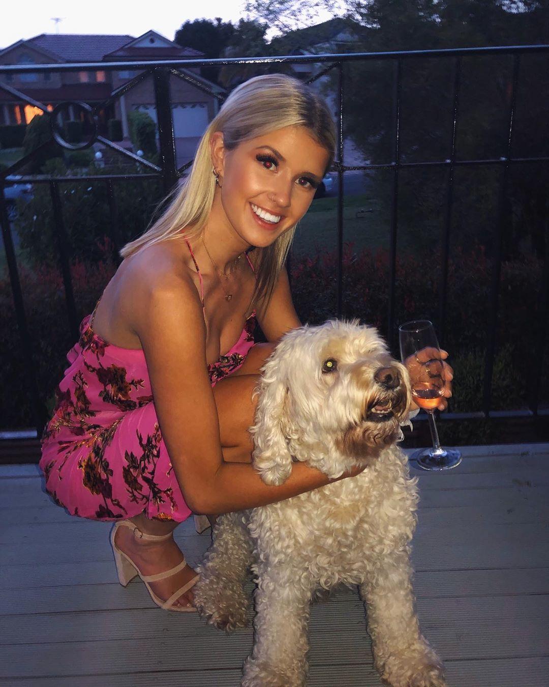 Красивые девушки с собаками