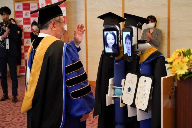 В Японии провели оригинальный выпускной студентам в самоизоляции