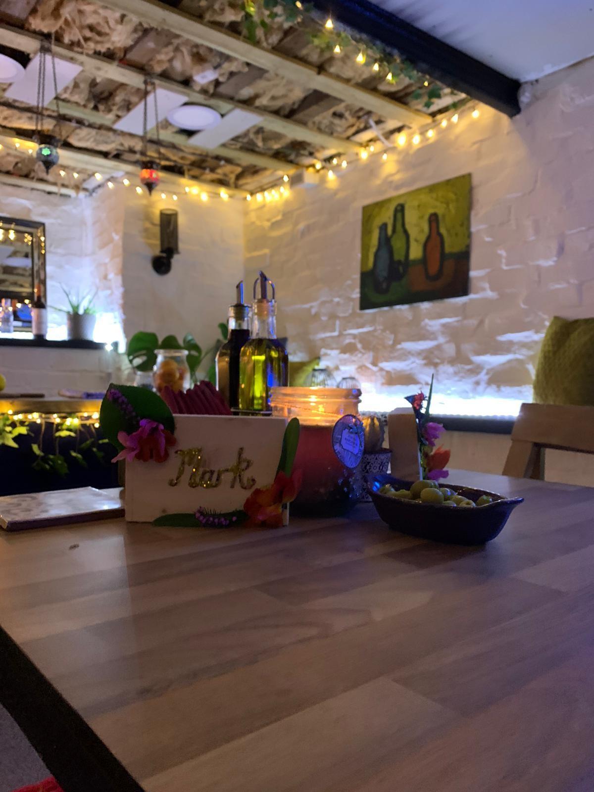 Британская пара превратила гараж в испанский ресторан