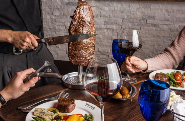 Необычные правила поведения за столом в разных странах