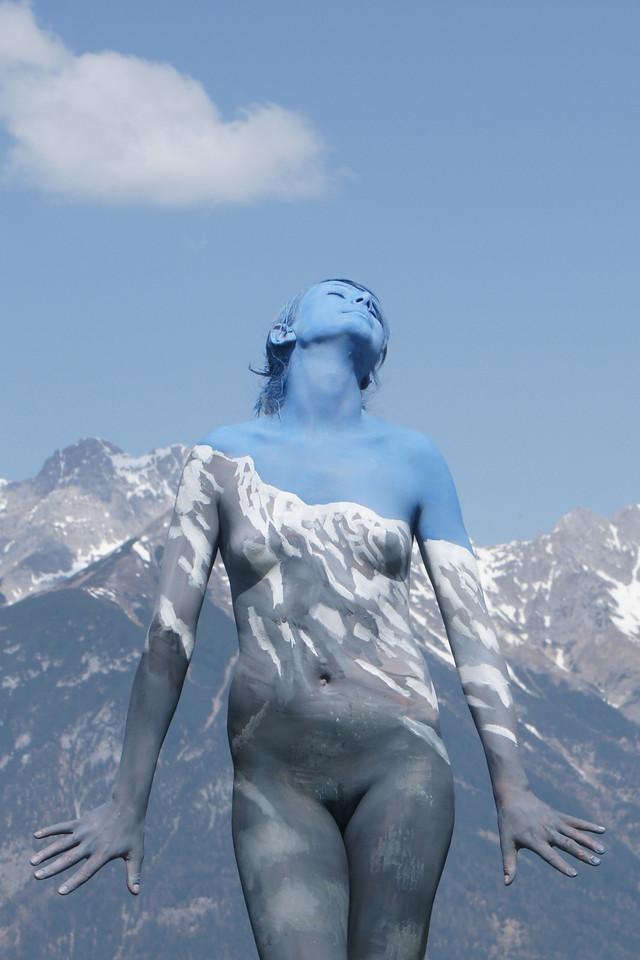 Художник вписывает обнаженных людей в окружающую среду