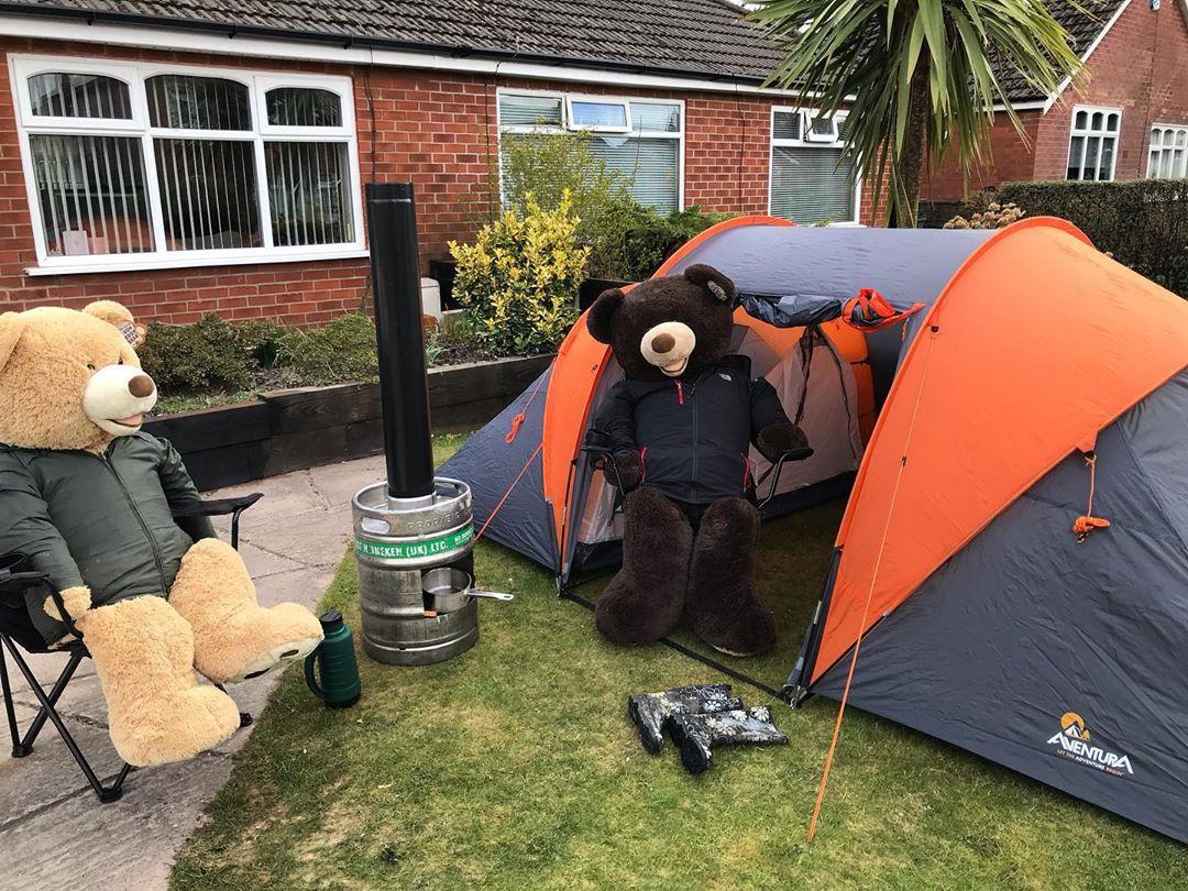 Британец показывает жизнь больших плюшевых медведей на карантине