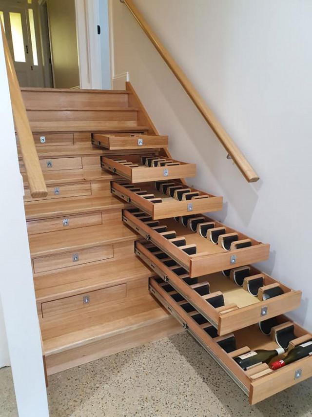 Деревянную лестницу превратили в винный погреб