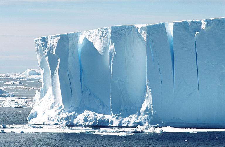 Почему айсберги бывают не только белые?