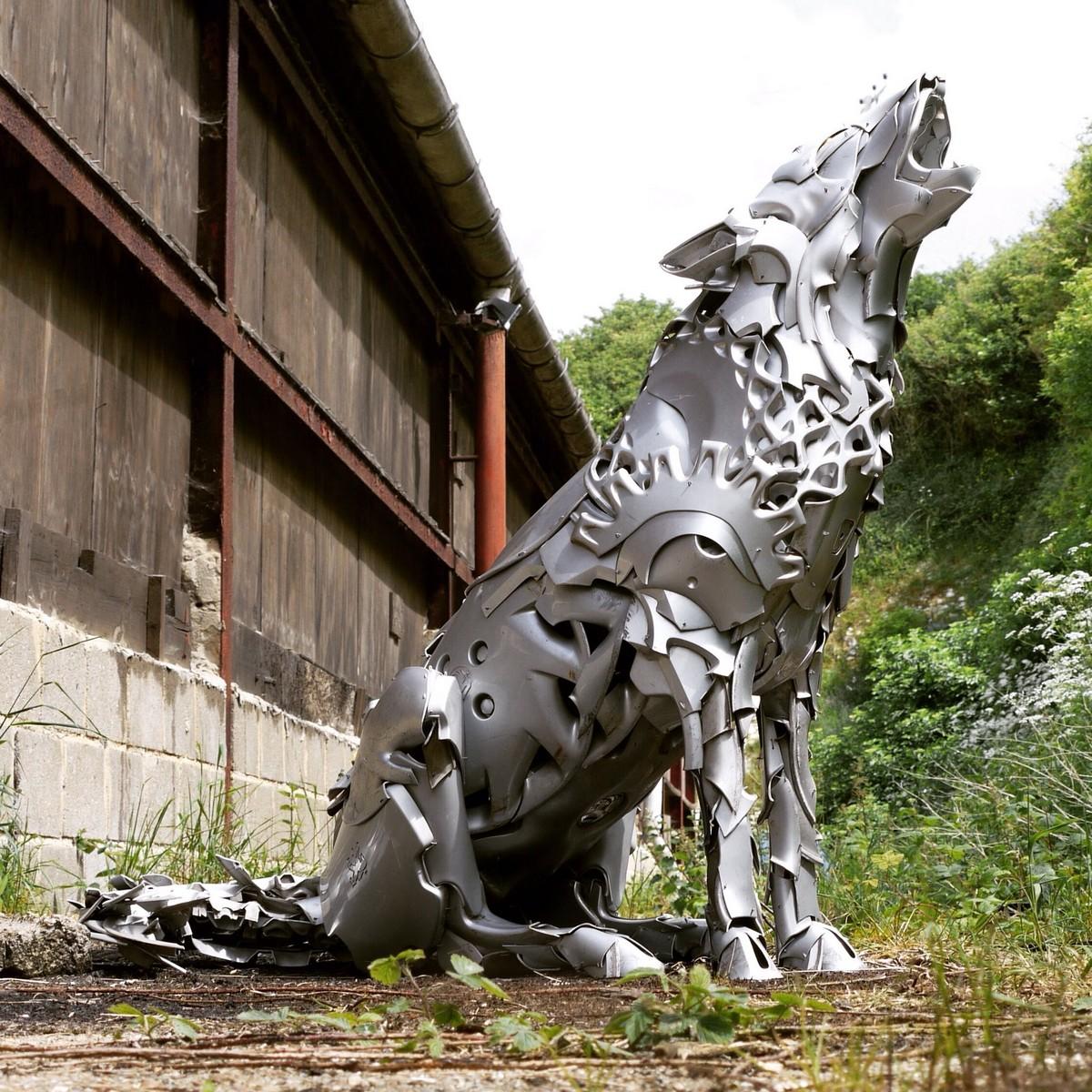 Скульптуры разных существ из старых автомобильных колпаков