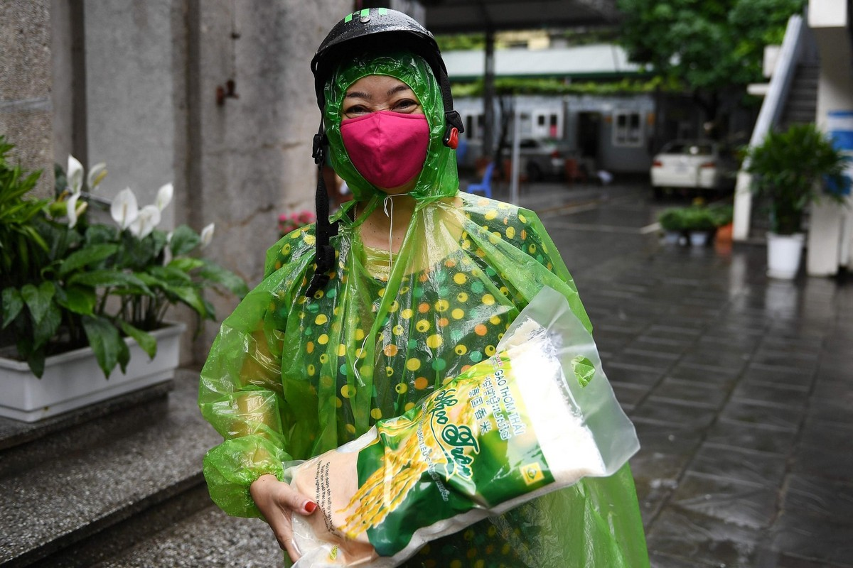 Люди разных в масках на улицах городов мира