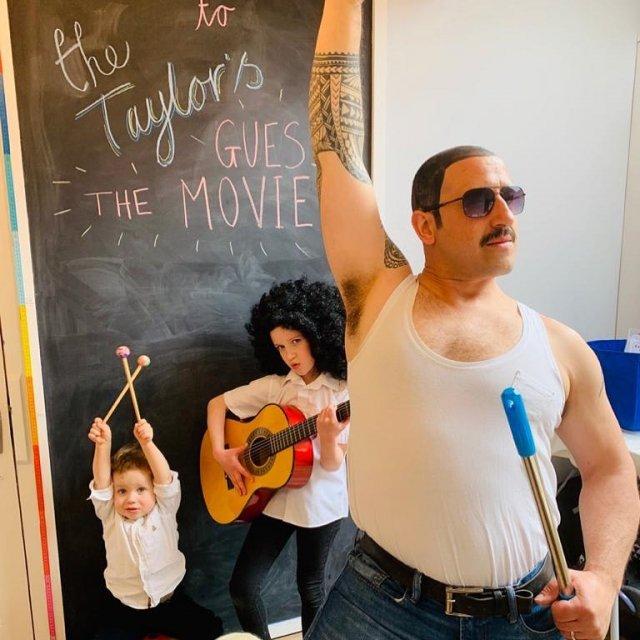 Семья Тэйлор повторяет сцены из известных фильмов на карантине