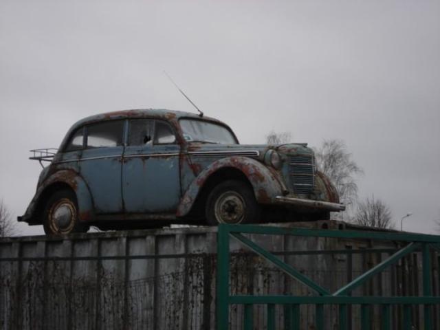 Ретро-автомобили на крышах и в самых неожиданных местах