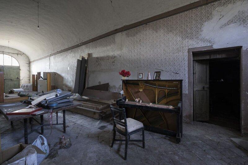 Таинственные забытые пианино в заброшенных зданиях