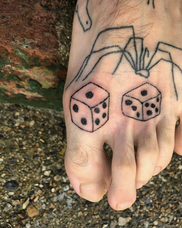 Крис Вудхед делал по татуировке каждый день, сидя на карантине