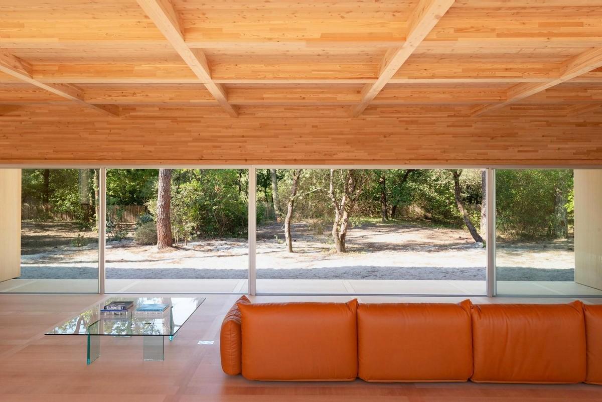 Деревянный дом с панорамным остеклением во Франции