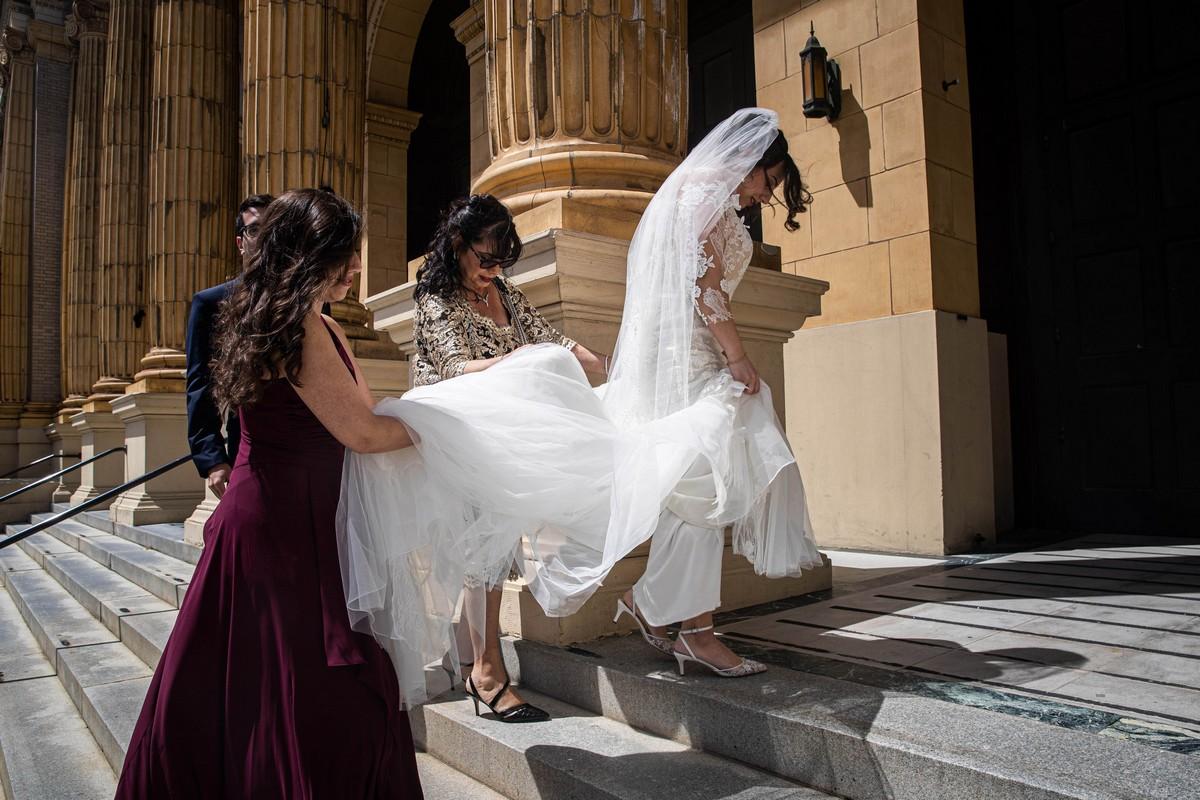 Молодожены заполнили скамьи церкви снимками близких людей