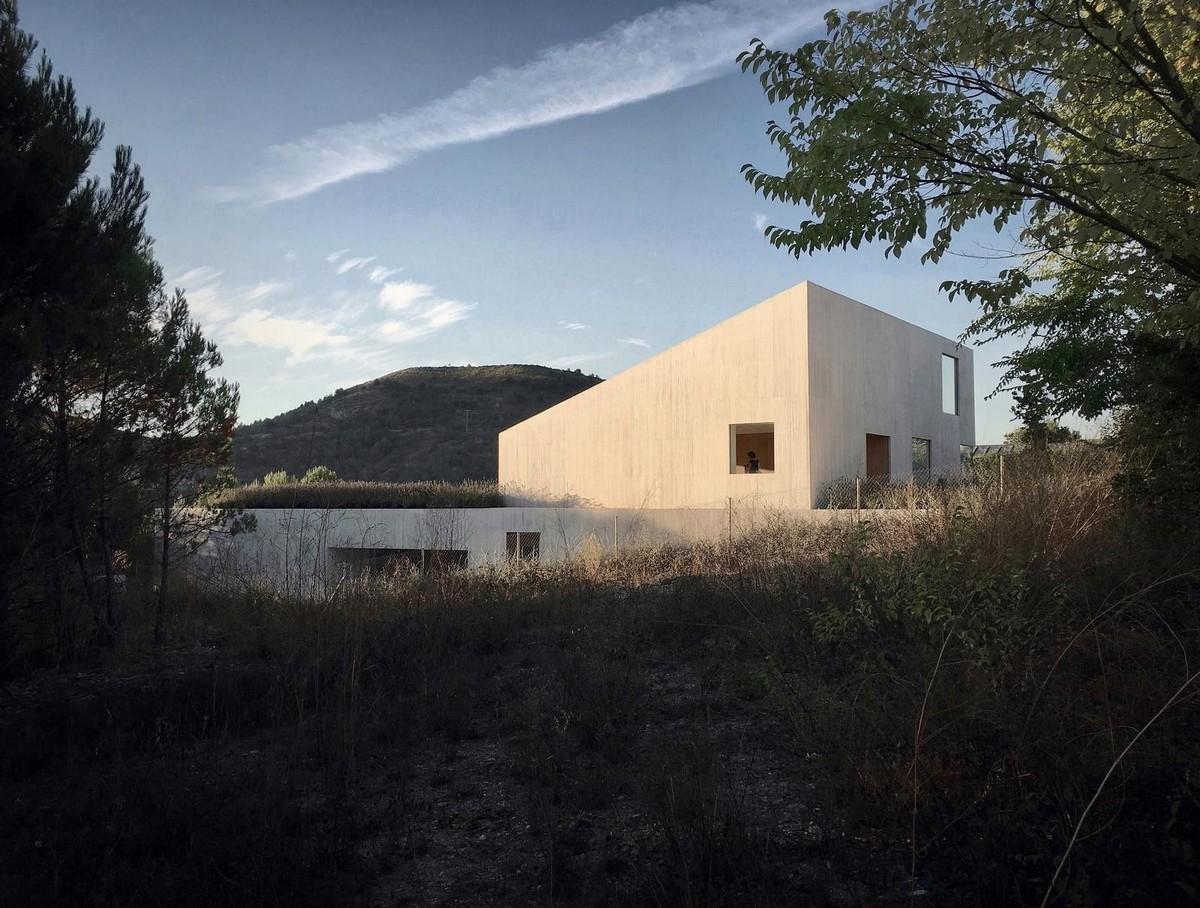 Уходящий под землю частный дом в Испании