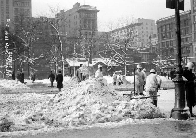 Процесс уборки улиц в далеком прошлом на снимках
