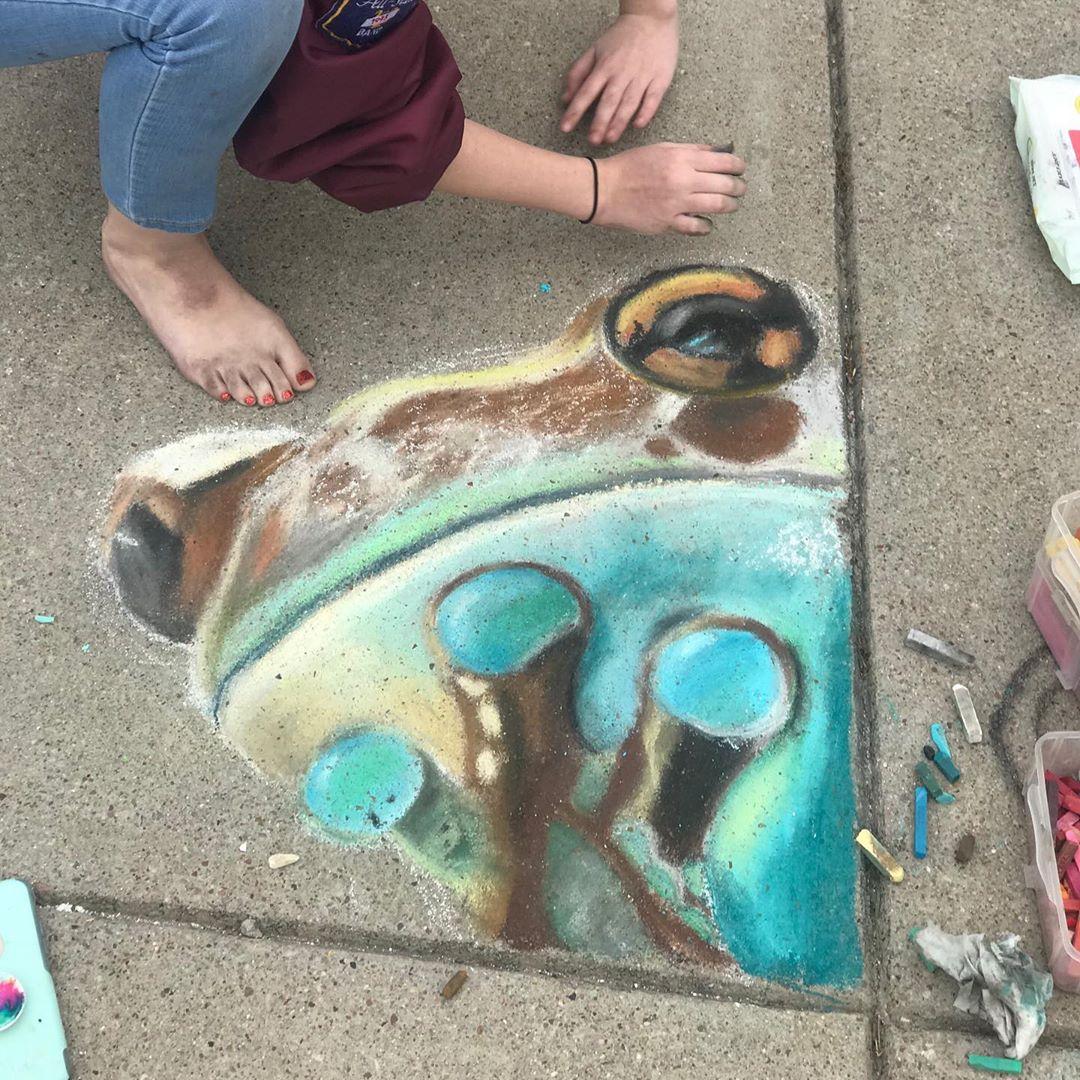 Мама с дочкой рисуют мелом потрясающие изображения