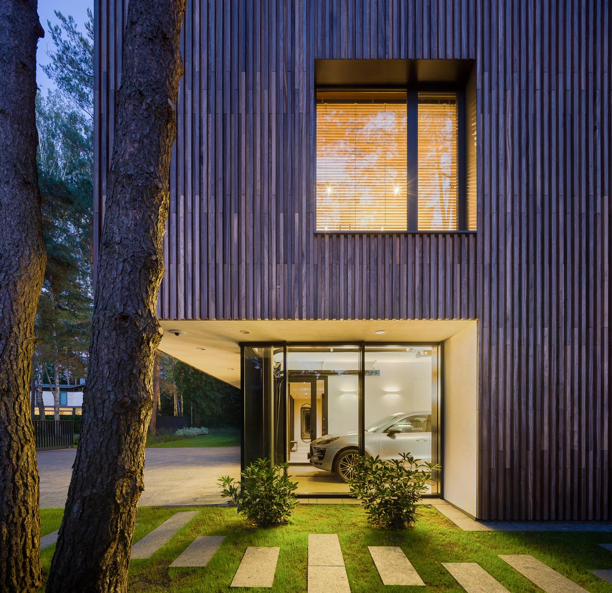 Современная резиденция со стеклянным гаражом в Литве