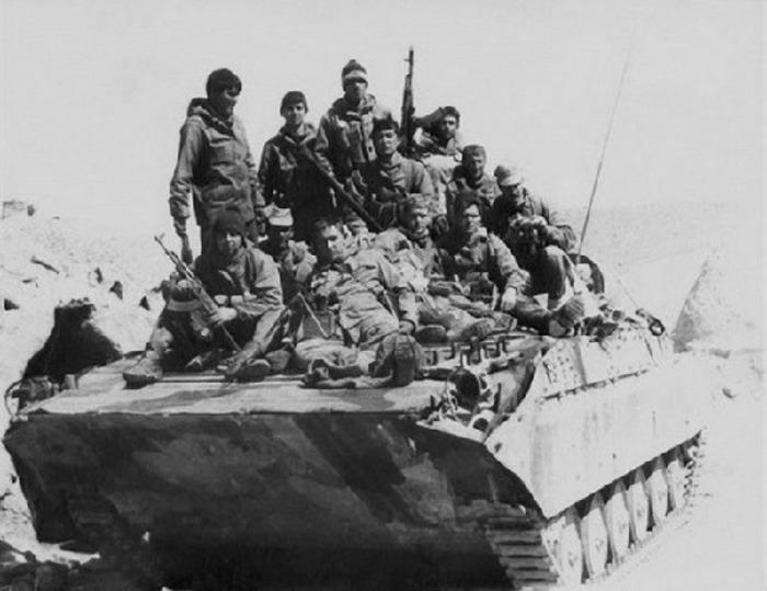 Зачем советские солдаты ездили на танках и БТР сидя на броне