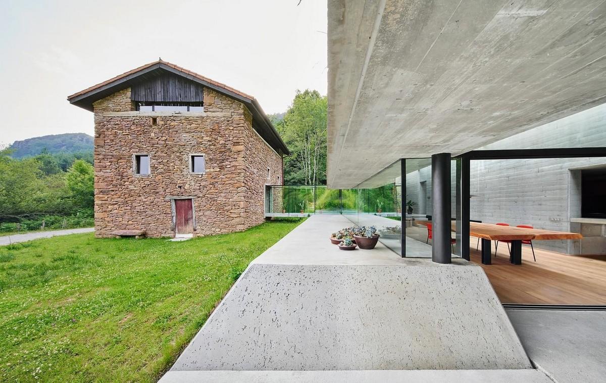 Природное расширение сельского здания в Испании