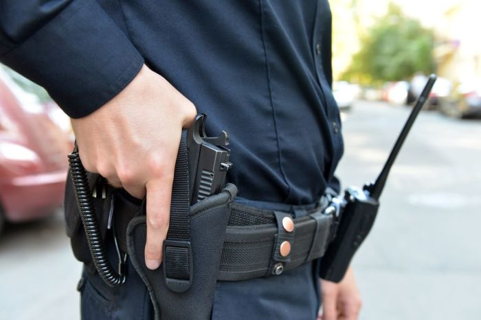 Для чего полицейские привязывают пистолет к кобуре