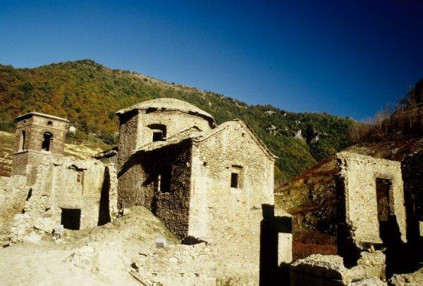 В Италии планируют осушить озеро, чтобы показать туристам средневековую деревню