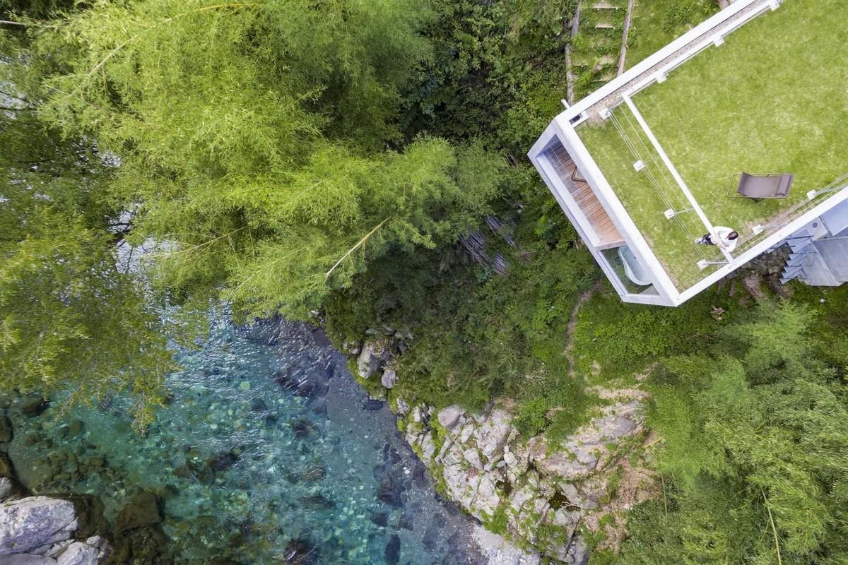 Частный дом на краю горного обрыва в Японии