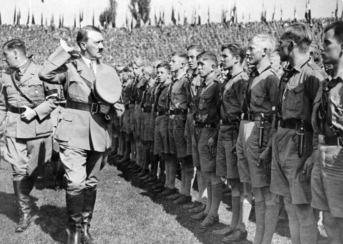 Каким образом Гитлер превратил образованную молодёжь в нацистов