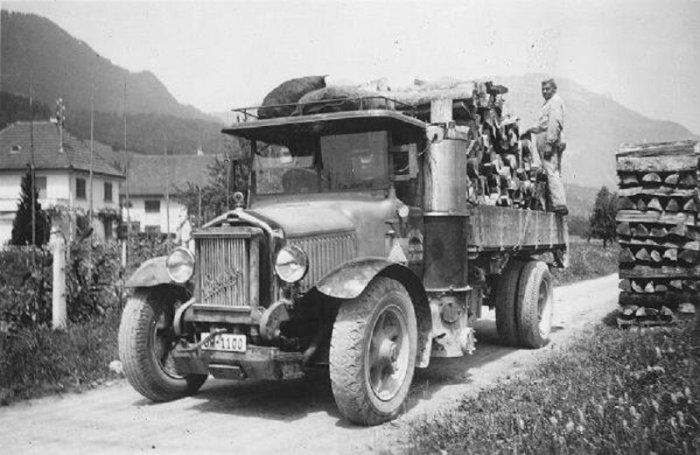Грузовой автомобиль ЗиС-21А, который работал на дровах