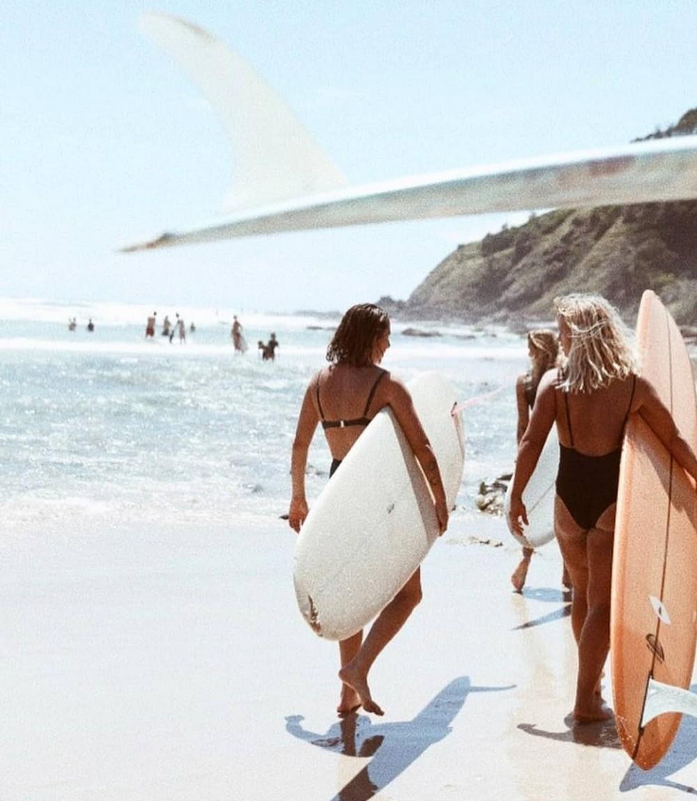 Красивые девушки-серфингистки в бикини Красивые девушки