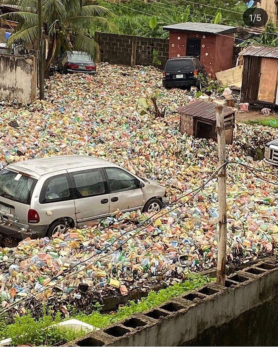 Целый район города в Нигерии оказался завален слоем мусора