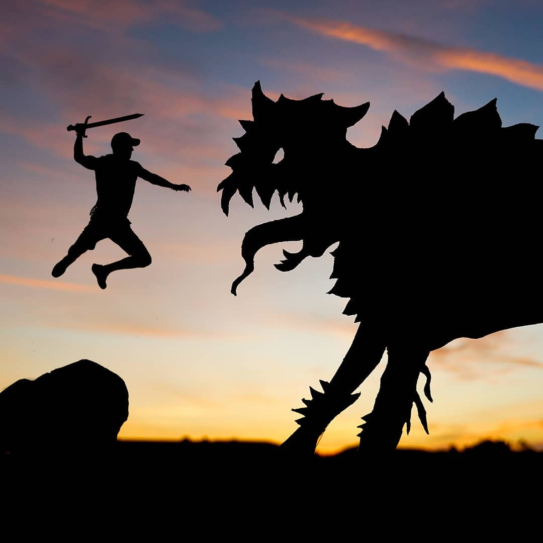 Удивительные сюжеты во время заката из картонных силуэтов