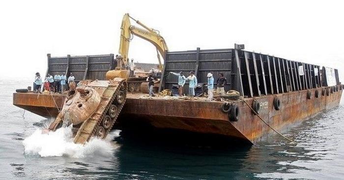 Зачем власти Таиланда топят в океане множество танков