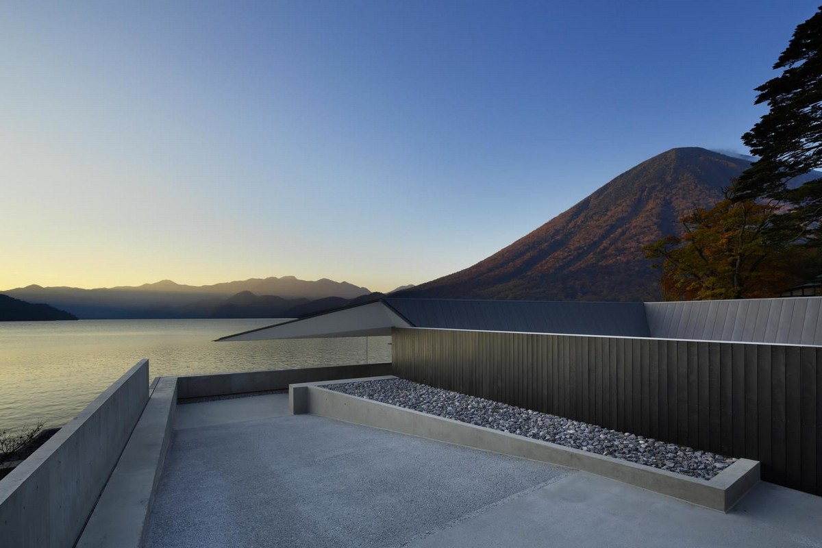 Частный дом на берегу озера в Японии