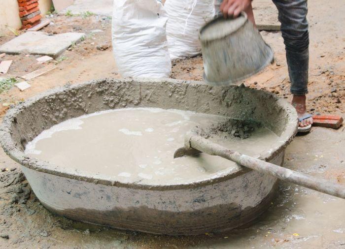 Полезная хитрость поможет при замешивании бетона руками