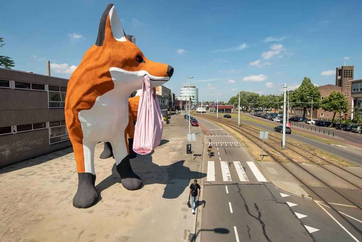 Гигантская лиса с пластиковым пакетом появилась в Роттердаме