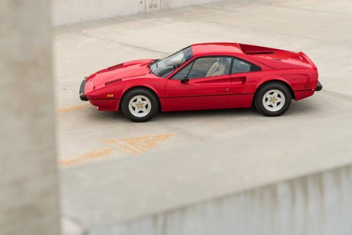 Ferrari 308 GTB Vetroresina с двигателем V8