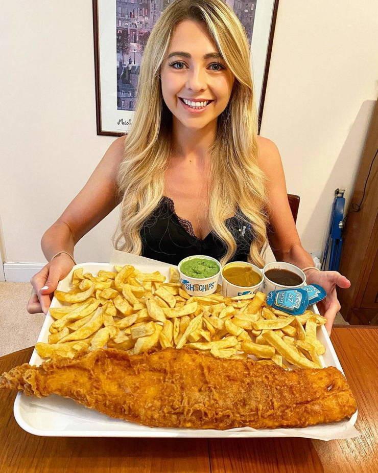 Девушка из Великобритании поглощает гигантские порции еды и не толстеет