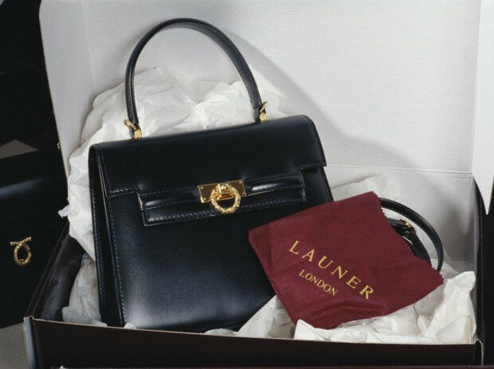 Никто не имеет права прикасаться к королевской сумочке? (ФОТО)