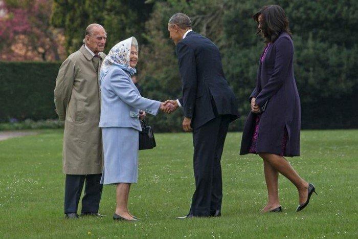 Никто не имеет права прикасаться к королевской сумочке?