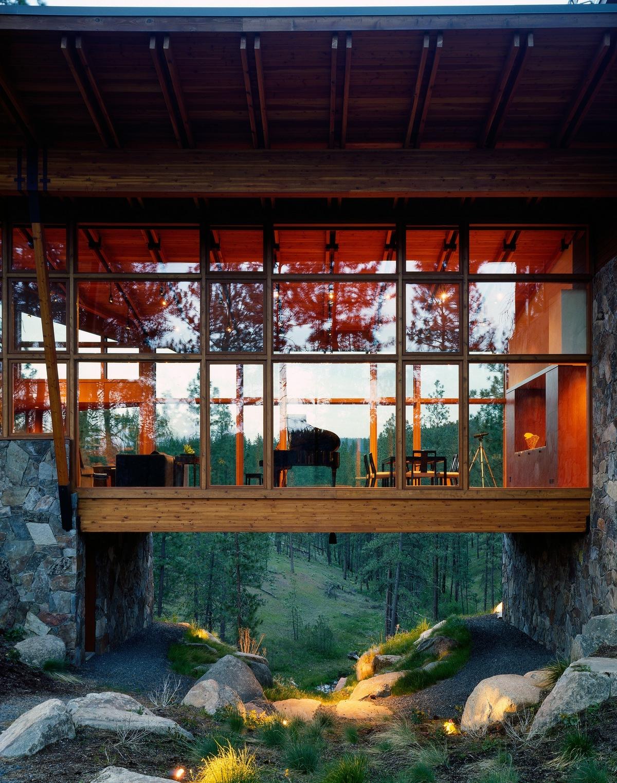 Лесной деревянный дом на холме в США