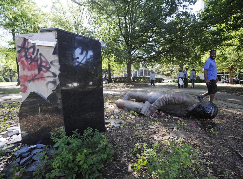 Как сносят статуи и памятники в США