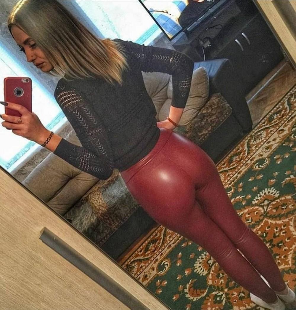 Красивые девушки в штанишках из латекса
