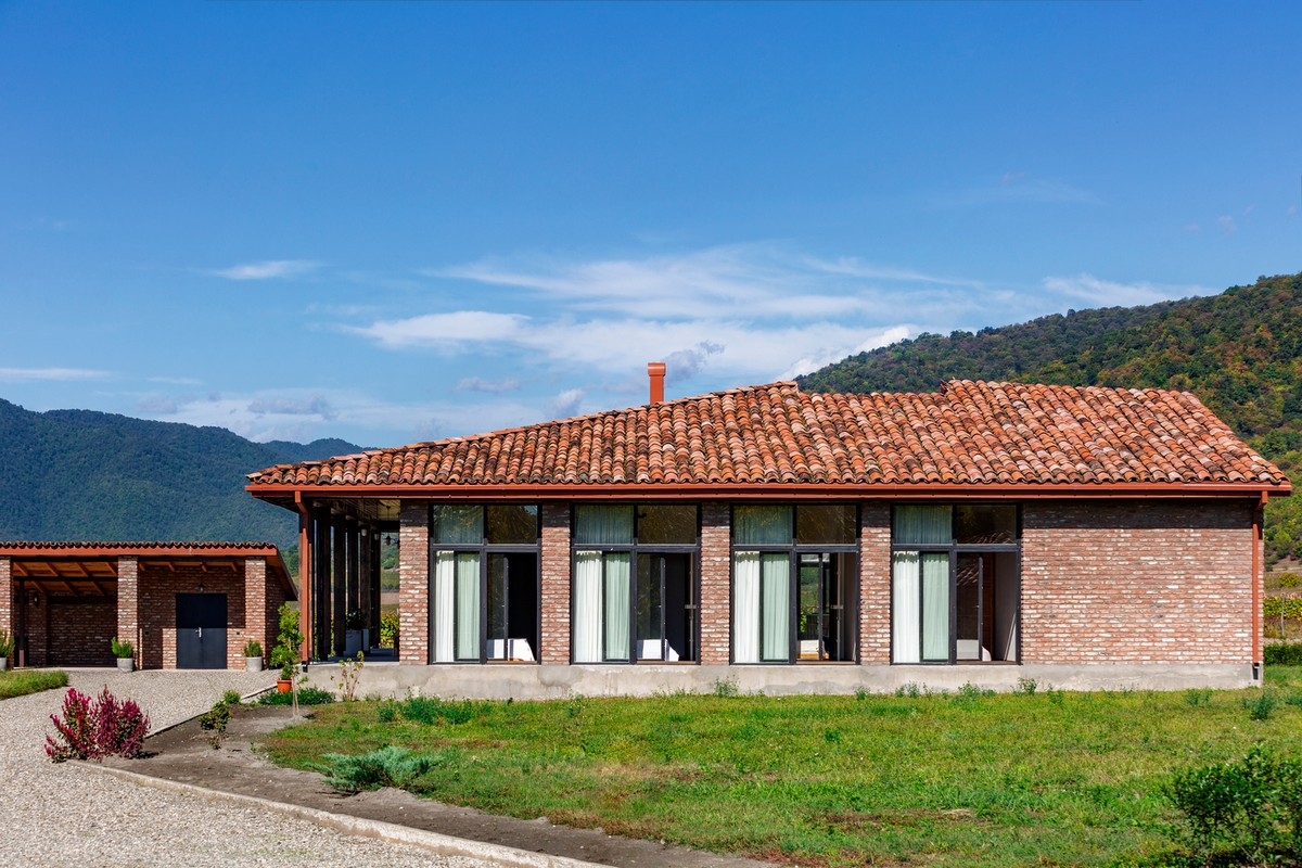 Одноэтажный дом с единством экстерьера и интерьера в Грузии