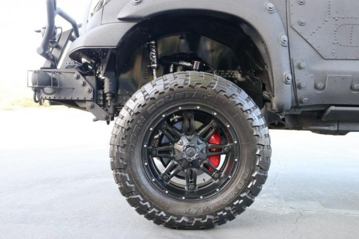 Пикап Toyota Tundra, способный пережить зомби-апокалипсис