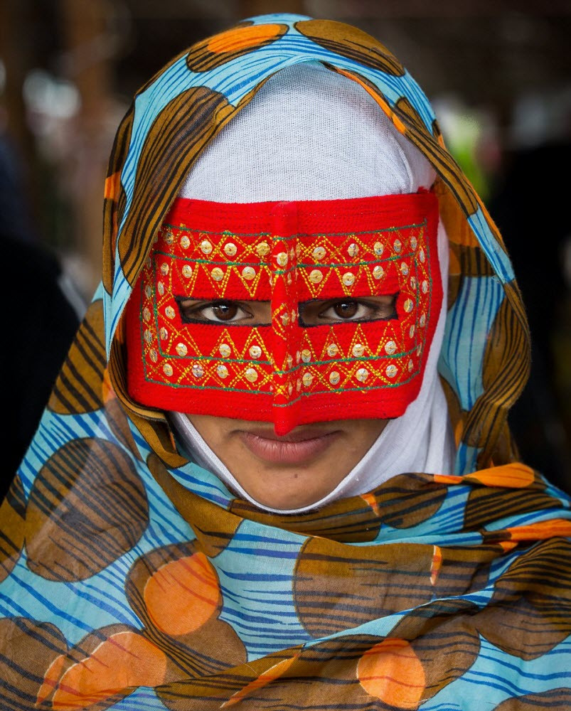 Необычные разноцветные маски иранских женщин