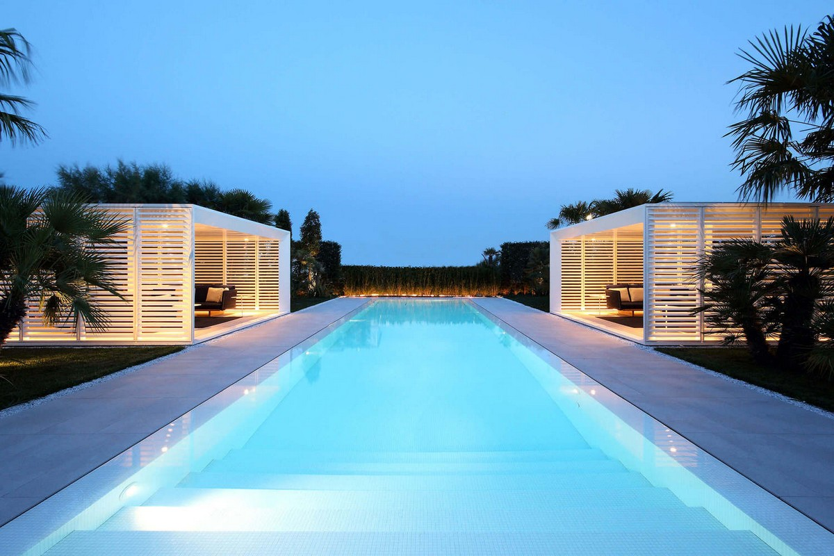 Курортная вилла для двух семей на берегу моря в Италии
