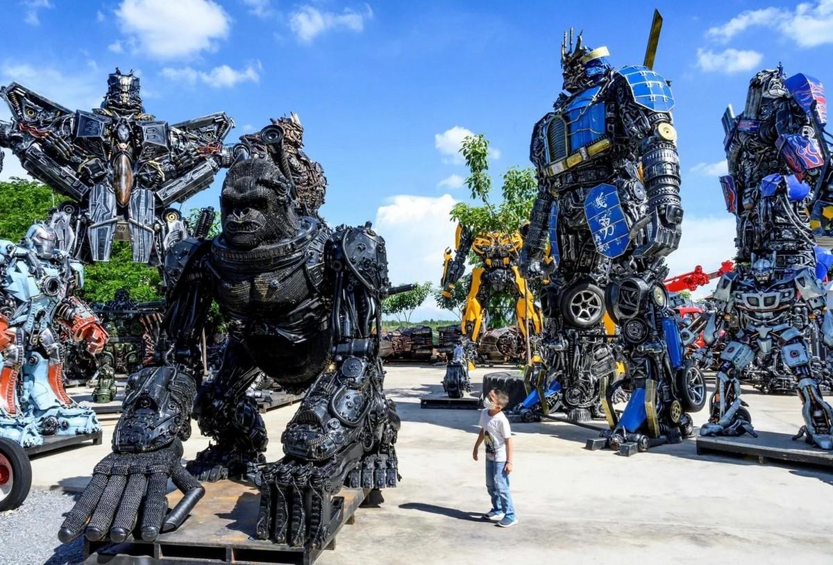 Музей гигантских роботов из металлолома в Таиланде